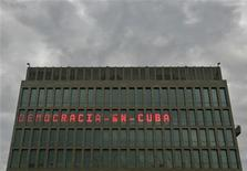 """<p>Il tabellone luminoso con la scritta """"democrazia a Cuba"""" campeggia sulla missione diplomatica Usa all'Avana. REUTERS/Enrique De La Osa (CUBA)</p>"""