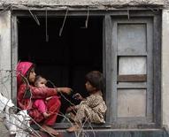 """<p>Дети сидят на подоконнике в Карачи, Пакистан 27 июля 2009 года. Пакистанские военные освободили в долине Сват группу подростков, которых боевики движения """"Талибан"""" готовили в качестве смертников для осуществления террористических актов, сообщили представители местных властей. REUTERS/Akhtar Soomro</p>"""