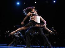 """<p>Foto de archivo: Karina Smirnoff y Maksim Chmerkovskiy, miembros del elenco del nuevo espectáculo de baile de Broadway """"Burn The Floor"""" ofrecen una presentación en Nueva York, jul 24 2009. REUTERS/Lucas Jackson (UNITED STATES)</p>"""