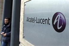 <p>Il marchio di Alcatel-Lucent all'ingresso delal sede centrale della società, a Parigi. REUTERS/Charles Platiau (FRANCE)</p>