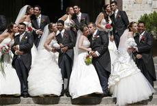 <p>Молодожены целуются после церемонии венчания в церкви Лиссабона 12 июня 2009 года. Беситесь из-за манеры своей второй половины тратить деньги? REUTERS/Nacho Doce</p>
