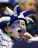 """<p>Болельщик клуба """"Транмере Роверс"""" ждет начала матча на стабионе Уэмбли Фанаты английского футбольного клуба """"Транмер Роверс"""", выступающего в тертьем дивизионе, сильно удивились, обнаружив на этой неделе, что любимая команда продается на онлайн-аукционе eBay, что также вызвало негативную реакцию владельца Питера Джонсона. REUTERS/Ian Hodgson</p>"""