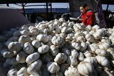 <p>Продавец чеснока поджидает клиентов на рынке в Пекине 23 января 2008 года. Сырой, измельченный и ароматный чеснок более полезен для сердца, нежели приготовленный, свидетельствуют данные исследования американских ученых. REUTERS/Claro Cortes</p>