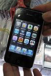 <p>Un modello di iPhone Apple. REUTERS/Stringer</p>