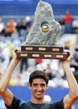 <p>Brasileiro Thomaz Bellucci ergue troféu conquistado em torneio de tênis na Suíça. Ele venceu no domingo o alemão Andreas Beck por 6-4 e 7-6. REUTERS/Michael Buholzer</p>