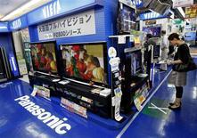<p>Panasonic publie une perte inférieure aux attentes au titre du premier trimestre de son exercice 2009-2010, marquée par la réduction des coûts face à la vigueur du yen et à la faiblesse de la demande. Le groupe japonais revoit en nette hausse ses prévisions pour le premier semestre tout en laissant inchangée sa projection d'une nouvelle perte nette annuelle. /Photo prise le 3 août 2009/REUTERS/Kim Kyung-Hoon</p>