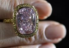 <p>Un diamante rosa battuto all'asta da Christie's qualche anno fa. REUTERS/ARC/Dominic Favre</p>