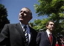 <p>Foto de archivo: los abogados Howard Weitzman (izquierda) y John Branca abandonan la Corte Superior de Los Angeles, jul 6 2009. REUTERS/Eric Thayer (UNITED STATES)</p>