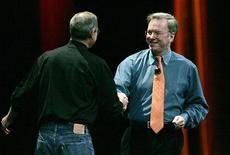 <p>Apple Steve Jobs (di spalle) sttringe la mano a Eric Schmidt, suo omologo di Google. La foto è statascattata a San Francisco il 9 gennaio 2007. REUTERS/Kimberly White</p>
