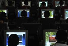 <p>Un tiers des habitants de l'Union européenne disent n'avoir jamais surfé sur le web et 40% d'entre eux n'ont pas d'accès internet à domicile. Plus d'un quart d'entre eux n'ont jamais utilisé d'ordinateur./Photo d'archives/REUTERS</p>