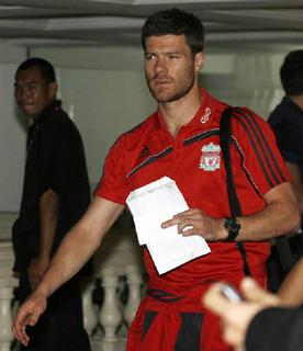 Liverpool's Xabi Alonso arrives at a hotel in Bangkok in this July 20, 2009 file photo. Liverpool have agreed to sell Spain midfielder Xabi Alonso to Real Madrid, the Premier League club announced on Tuesday. REUTERS/Kerek Wongsa/Files