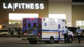 """<p>МАшина """"скорой помощи"""" у здания спортзала в Бриджвилле 4 августа 2009 года. Неизвестный мужчина открыл стрельбу в спортивном клубе в пригороде Питсбурга, убив трех женщин, прежде чем покончить с собой, сообщила полиция города. REUTERS/ Jason Cohn</p>"""