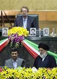 <p>Президент Ирана Махмуд Ахмадинежад (слева) читает текст присяги в парламенте страны в Тегеране 5 августа 2009 года. Махмуд Ахмадинежад в среду принес присягу в качестве президента Ирана, почти через восемь недель после спорных выборов, которые стали причиной самых серьезных общественных беспорядков с Исламской революции 1979 года и раскололи политическую и клерикальную элиту. REUTERS/Raheb Homavandi</p>