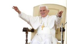 <p>Папа Римский Бенедикт XVI приветствует людей, собравшихся на его выступление на площади Святого Петра в Ватикане 6 мая 2009 года. Швейцарские крестьяне, на протяжении веков просившие Господа прекратить наступление местного ледника, просят теперь Папу Римского Бенедикта XVI остановить глобальное потепление, которое стало причиной быстрого таяния глетчера. REUTERS/Max Rossi</p>