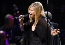 <p>B arbra Streisand performs in Paris, June 26, 2007. REUTERS/Philippe Wojazer</p>