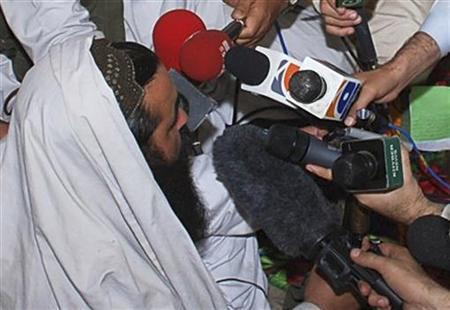 Taliban commander Baitullah Mehsud speaks to reporters in Pakistan's South Waziristan tribal region, May 24, 2008. REUTERS/Stringer