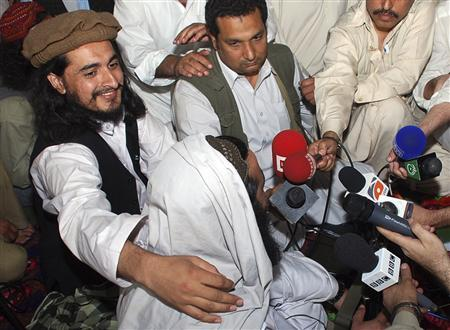 Pakistan Taliban commander Hakimullah Mehsud (L) is seen with his arm around Taliban chief Baitullah Mehsud during a news conference in South Waziristan in this May 24, 2008 file photo. REUTERS/Stringer/Files