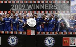 <p>O Chelsea colocou as mãos no primeiro troféu da temporada inglesa, neste sábado, ao bater o Manchester United nos pênaltis e conquistar o título do torneio Community Shield no estádio de Wembley, depois que a partida terminou empatada em 2 x 2 no tempo oficial. REUTERS/Darren Staples</p>