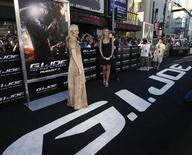"""<p>Atriz Sienna Miller na estreia do filme """"G.I. Joe - A Origem de Cobra"""" em Hollywood. 06/08/2009. REUTERS/Mario Anzuoni</p>"""