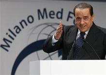 """<p>Imagen de archivo del primer ministro italiano, Silvio Berluscon, en una conferencia en Milán, 20 jul 2009. El primer ministro italiano, Silvio Berlusconi, dijo el lunes que era """"inaceptable"""" que la televisión estatal criticara al Gobierno y reprendió a un diario de izquierda que publica regularmente historias sobre su vida sexual. Berlusconi, cuyo imperio familiar mediático es dueño de los principales canales de televisión privados, dijo que la cadena estatal RAI siempre estuvo en su contra. REUTERS/Alessandro Garofalo/Archivo</p>"""
