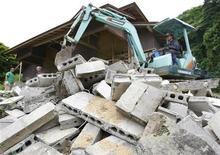 <p>Экскаватор расчищает завалы в Курихаре, Япония 16 июня 2008 года. Сильное землетрясение произошло в Токио и окрестностях во вторник утром, в разных городах пострадали 43 человека, сообщила японская телекомпания NHK. REUTERS/Issei Kato</p>