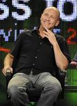 """<p>Imagen de archivo de Mike Judge en un panel de discusión para la serie del canal ABC """"The Goode Family"""" en Los Angeles, 16 ene 2009. La comedia animada """"King of the Hill"""", del canal estadounidense Fox, se retirará de la pantalla chica después de 13 temporadas, con un episodio final de una hora que será transmitido el 13 de septiembre en el país. El programa gira en torno de la familia de Hank Hill (Mike Judge). En el último episodio, titulado """"The Boy Can't Help It"""" / """"The Honeymooners"""", el hijo adolescente de la familia, Bobby (Pamela Adlon), sufre una broma de las chicas de su curso cuando fingen estar interesadas en invitarlo a un baile de la escuela. REUTERS/Phil McCarten/Archivo</p>"""