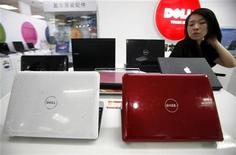 <p>Продавщица стоит около линейки компьютеров Dell в магазине в Пекине 29 июня 2009 года. Второй по величине производитель компьютеров Dell Inc представил линию персональных компьютеров для детей Nickelodeon, стараясь стимулировать продажи на розничном рынке. REUTERS/David Gray</p>