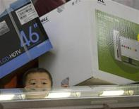 <p>Un bambino tra le scatole di computer in un magazzino Walmart a Oakland, California, 28 novembre 2008. REUTERS/Kimberly White</p>
