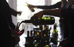 <p>Una degustazione di vini. REUTERS/Regis Duvignau</p>