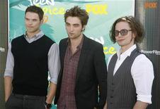 """<p>Actores de los filmes de la serie """"Twilight"""" Kellan Lutz, Robert Pattinson, y Jackson Rathbone posan en los premios Teen Choice 2009 en Los Angeles, 9 ago 2009. Jack Huston fue seleccionado para incorporarse al elenco del nuevo filme de vampiros """"The Twilight Saga: Eclipse"""". El actor se unirá a sus colegas Robert Pattinson, Kristen Stewart y Bryce Dallas Howard en la tercera entrega de la serie de Summit Entertainment basada en las novelas de Stephenie Meyer. REUTERS/Fred Prouser</p>"""
