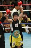 <p>Наоми Тогаси (в центре) стала чемпионом мира в легком весе по версии WBC а Токио 2 мая 2009 года. Женский бокс впервые войдет в программу Олимпийских игр в 2012 году в Лондоне, постановил исполком Международного олимпийского комитета (МОК) в четверг. REUTERS/Issei Kato</p>