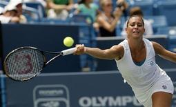 <p>Flavia Pennetta risponde al colpo di Dinara Safina nella semifinale del torneo di Cincinnati, 15 agosto 2009. REUTERS/John Sommers II</p>