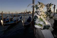 <p>Костюмированные участники веницианского парада рядом с площадью св. Марка 14 февраля 2009 года. Новое предложение венецианского отеля Crowne Plaza Quarto D'Altino привело в восторг туристов, однако огромное количество новых заказов не обрадовало менеджмент гостиницы. REUTERS/Alessandro Bianchi</p>