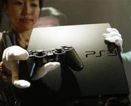 <p>Sony lancerà il mese prossimo una versione più snella ed economica della console PlayStation 3. REUTERS/Yuriko Nakao (JAPAN SCI TECH BUSINESS SOCIETY)</p>