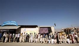 """<p>Люди стоят в очереди на избирательный участок в Кабуле 20 августа 2009 года. Два боевика экстремистского движения """"Талибан"""" погибли в результате перестрелки в центре Кабула в четверг - день, когда миллионы афганцев выбирают нового президента страны. REUTERS/Goran Tomasevic</p>"""