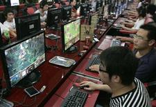 <p>Dei ragazzi cinesi giocano coi computer in un internet cafe a Taiyuan, nello provincia di Shanxi. REUTERS/Stringer</p>
