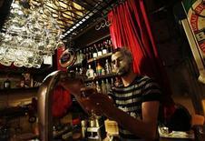 <p>Un barista spilli birra in un pub. REUTERS/Murad Sezer</p>