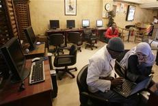 <p>Un internet caffè al Cairo. REUTERS/Nasser Nuri</p>