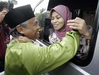 <p>Kartika Sari Dewi Shukarno talks to her father Shukarno from a van belonging to the Islamic Religious Department at her father's house in Sungei Siput, about 300km (186 miles) north of Kuala Lumpur, in Malaysia's state of Perak August 24, 2009. REUTERS/Zainal Abd Halim</p>