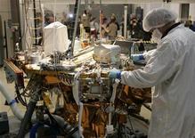 <p>Un tecnico di Lockheed Martin lavora alla sonda Phoenix nell'impiando aziendale di Denver. REUTERS/Rick Wilking (UNITED STATES)</p>