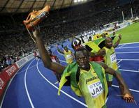 <p>Foto de arquivo do atleta Usain Bolt da Jamaica comemorando vitória nos 100m e 200m e no revezamento 4x100m em Berlim. 22/08/2009. REUTERS/Kai Pfaffenbach</p>