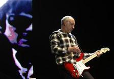 """<p>Foto de archivo del guitarrista de The Who, Pete Townshend, durante su presentación tras el Gran Premio de Fórmula Uno de Australia en Melbourne, 29 amr 2009. Townshend, quien estuvo detrás de las óperas de rock """"Tommy"""" y """"Quadrophenia"""", está escribiendo un nuevo musical, """"Floss"""", acerca del hecho de envejecer. REUTERS/Mick Tsikas</p>"""