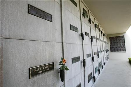 The crypts of Marilyn Monroe (bottom L) and Richard Poncher (top L) are pictured at the Pierce Brothers Westwood Village Memorial Park cemetery in Westwood, California August 17, 2009. REUTERS/Mario Anzuoni