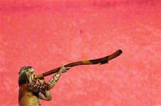 <p>Un aborigeno australiano suona un didgeridoo. REUTERS/Daniel Munoz (AUSTRALIA)</p>