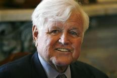 <p>Сенатор Эдвард Кеннеди на встрече в Капитолии в Вашингтоне 19 ноября 2008 года. Американский сенатор Эдвард Кеннеди, видный деятель Демократической партии, ставший во главе одного из самых известных политических кланов в США после гибели двух старших братьев, умер на 78-м году жизни после тяжелой продолжительной болезни, сообщили в среду члены его семьи. REUTERS/Kevin Lamarque</p>
