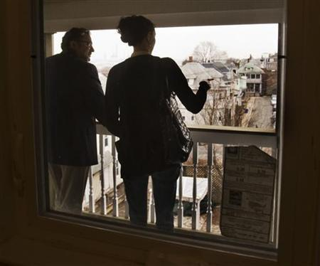 Prospective home buyer Jessica Doctoroff (R) tours a condominium for sale with her real estate agent Stephen Bremis in Somerville, Massachusetts April 2, 2009. REUTERS/Brian Snyder
