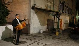 <p>A Mariachi stands as he waits for customers at Plaza Garibaldi in Mexico City August 25, 2009. REUTERS/Daniel Aguilar</p>