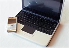 <p>Un telefonino e un netbook Nokia. REUTERS/Bob Strong</p>