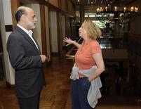 <p>El presidente de la Reserva Federal de Estados Unidos, Ben Bernanke, habla con su esposa, Anna, tras una reunión en Wyoming, 21 ago 2009. El presidente de la Reserva Federal, Ben Bernanke, está entre los cientos de víctimas de una red de hurto de identidades que robó más de 2,1 millones de dólares a consumidores e instituciones financieras en Estados Unidos, reportó la revista Newsweek en su sitio web. REUTERS/Price Chambers</p>