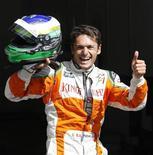 <p>Fisichella esulta dopo aver ottenuto la pole. REUTERS/Francois Lenoir (BELGIUM SPORT MOTOR RACING)</p>